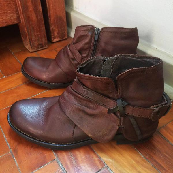 Bota de couro marrom cano curto