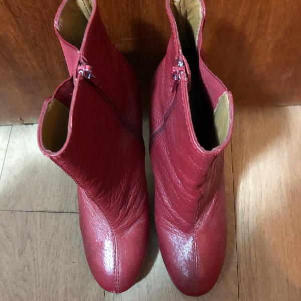 Bota em couro vermelha
