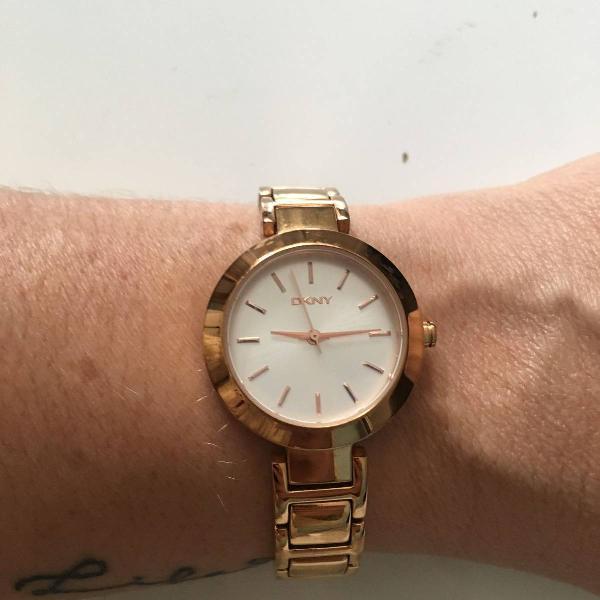 Relógio dourado feminino dkny