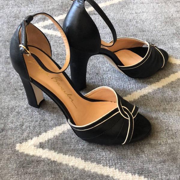 Sandália de salto grosso luiza barcelos couro preto com