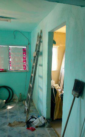 Alugo casas com sala quartos banheiro e área de