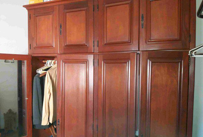 Armário de 8 portas em madeira maciça padrão mogno