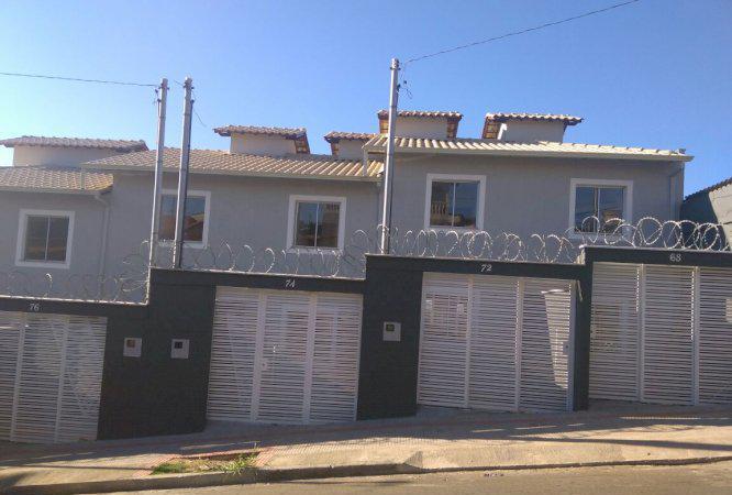 Linda casa duplex geminada com entrada individual no bairro