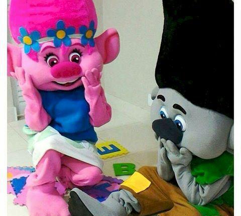 Personagens os trolls – tronco e poppy na sua festa em