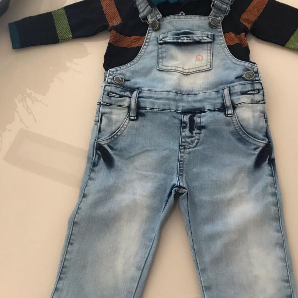 Conjunto de macacão jeans e camisa de manga comprida