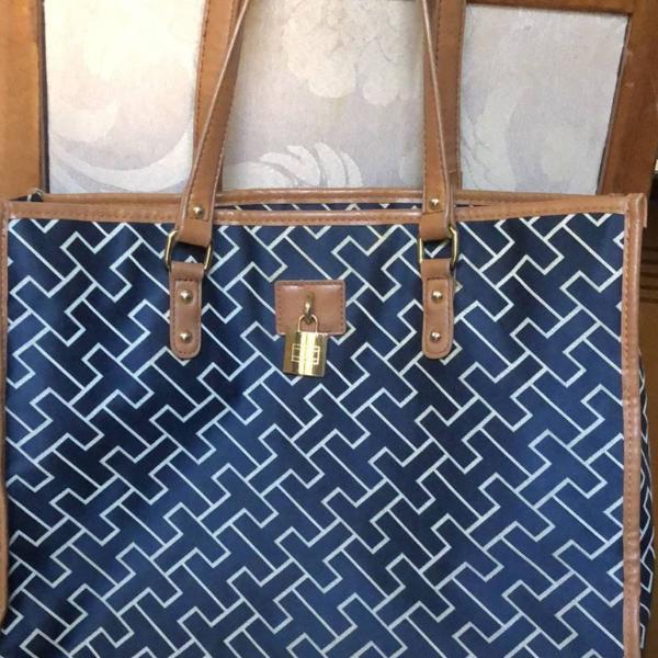 Bolsa azul com desenhos da logo em branco tommy hilfiger