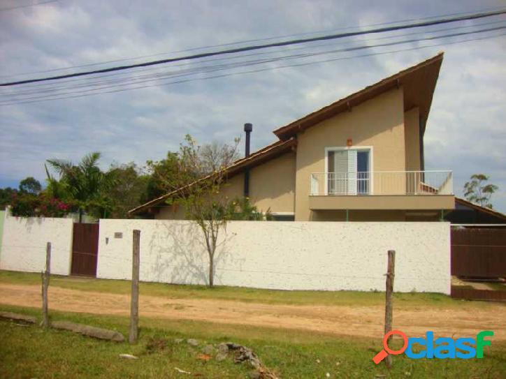 Belissima casa a venda com 254m², 03 dormitórios sendo 02 suítes. florianópolis rio vermelho norte da ilha praia do moçambique.