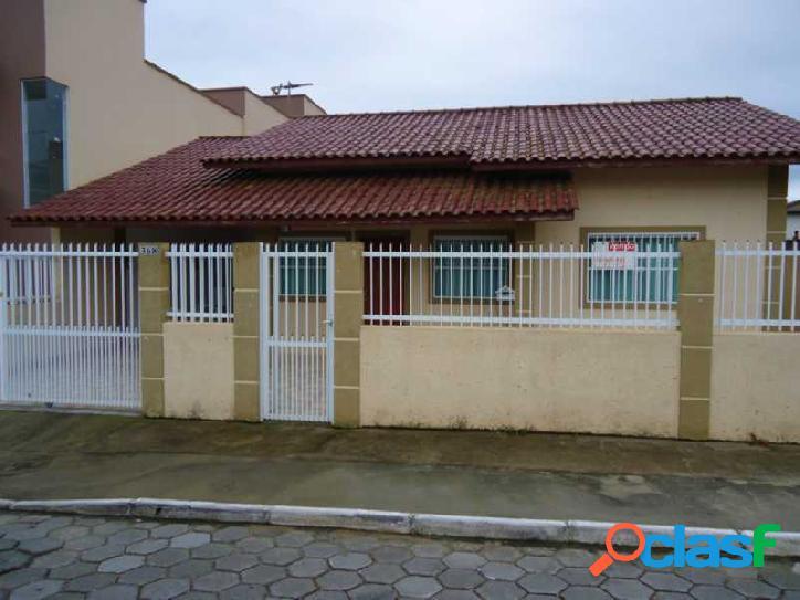 Linda casa!!! em excelente localização em rua calçada !!!