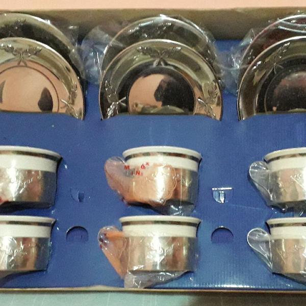 Conjunto de xícaras de porcelana com suporte