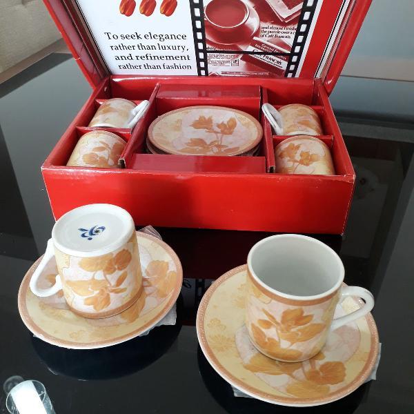 Conjunto de mini xícaras floral