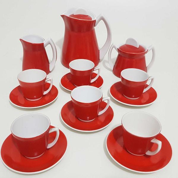 Jogo de café, em porcelana branca e vermelha. diferente