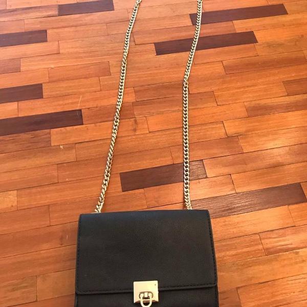 Linda bolsa preta alça dourada arezzo
