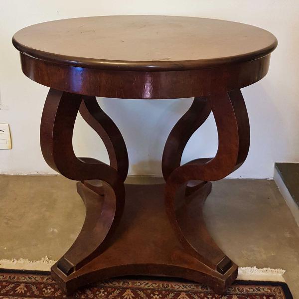 Mesa lateral em madeira maciça, inteiramente folheada em
