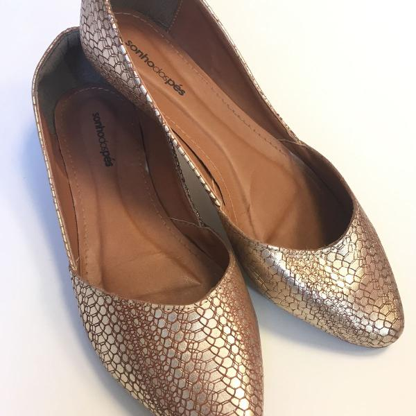 Sapatilha dourada bico fino texturizada sonho dos pés