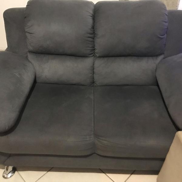Sofa cinza dois lugares