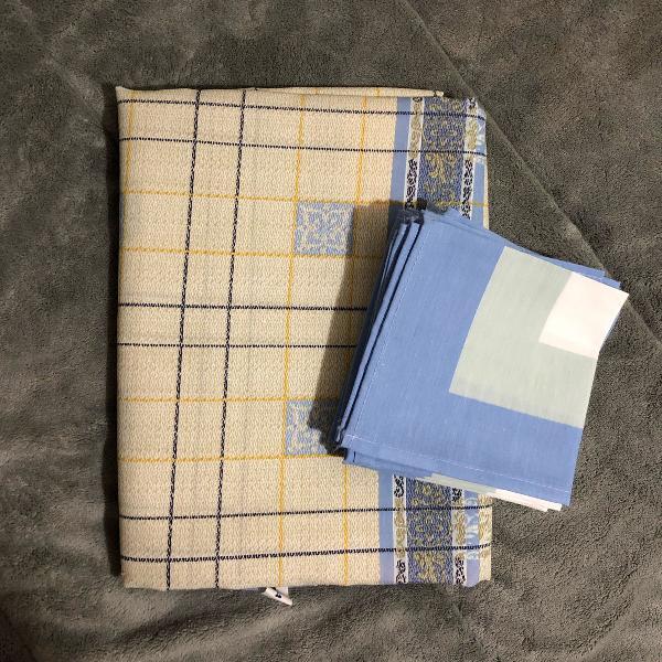 Toalha de mesa azul com amarelo claro e guardanapos
