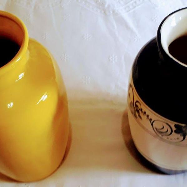 Vasos de flores feitos em porcelana descorada pintados à