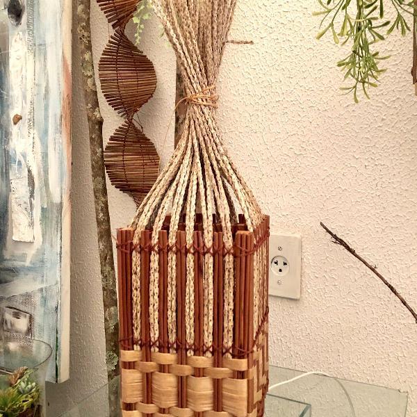 Abatjour artesanal feito de fibras
