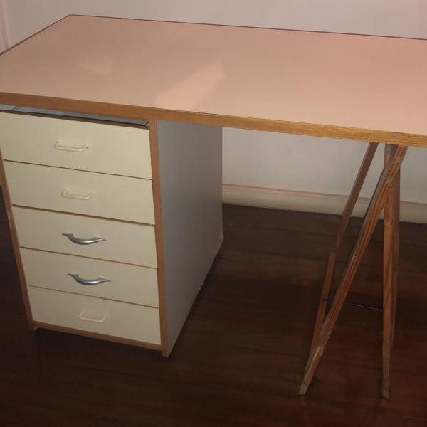 Mesa escrivaninha com módulo gaveteiro