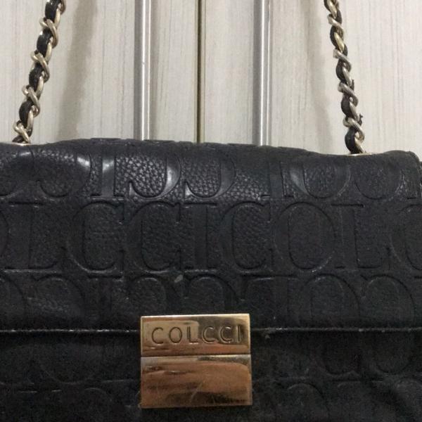 Bolsa colcci preta com detalhe dourado. chiquerrima!