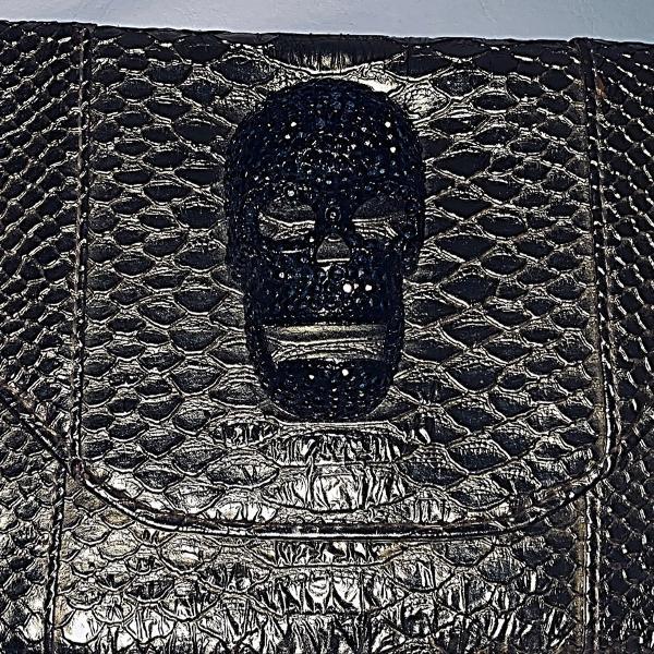 Bolsa em couro dourado ( estilo crocodilo), com caveira em