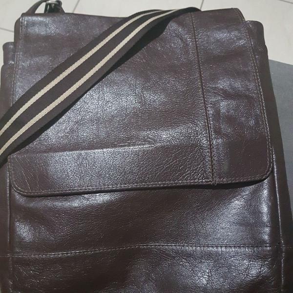 Bolsa estilo carteiro em couro