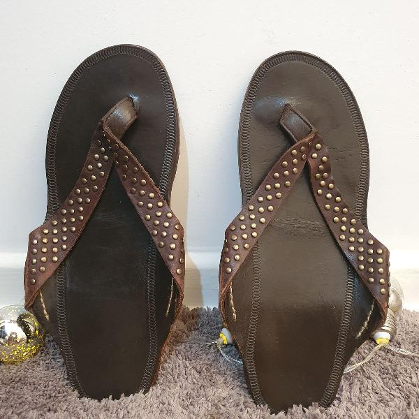 Sandália osklen couro marrom com tachas