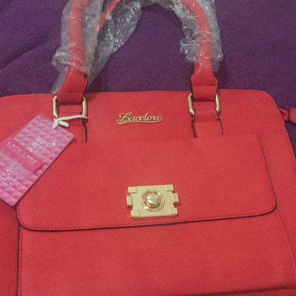 Bolsa vermelha com detalhes dourados