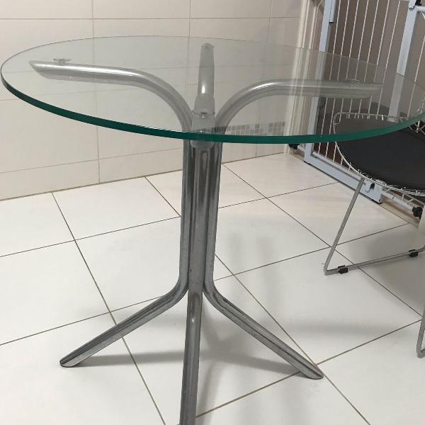 Mesa com tampo em vidro e pés em alumínio