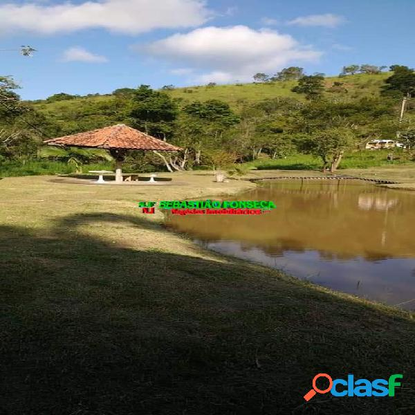 Belo sítio em jambeiro, com três casas e lago