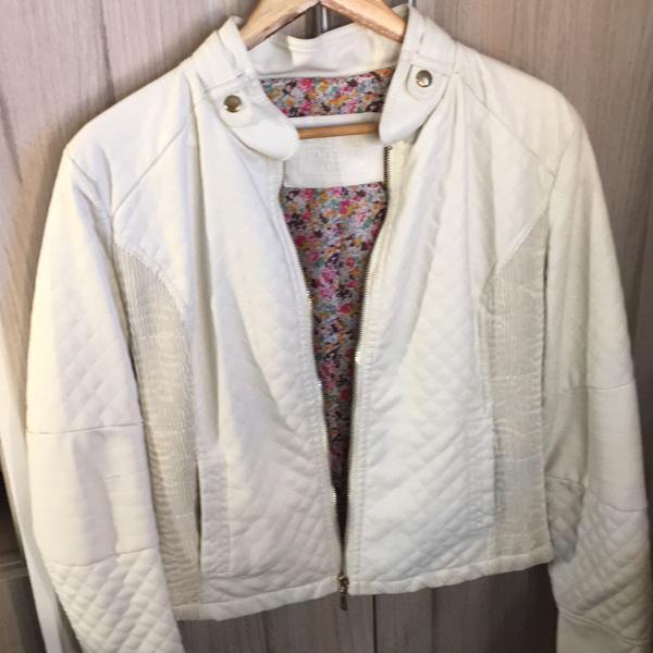 Jaqueta branca matelassê em couro sintético