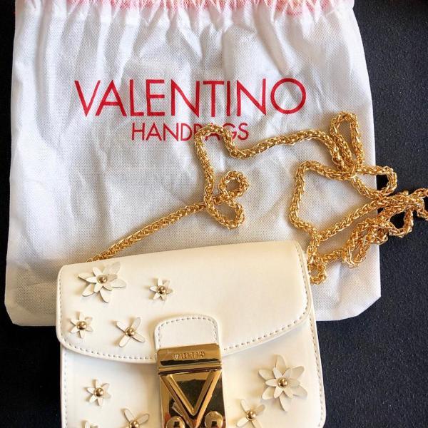 Bolsa de ombro branca com detalhes dourados
