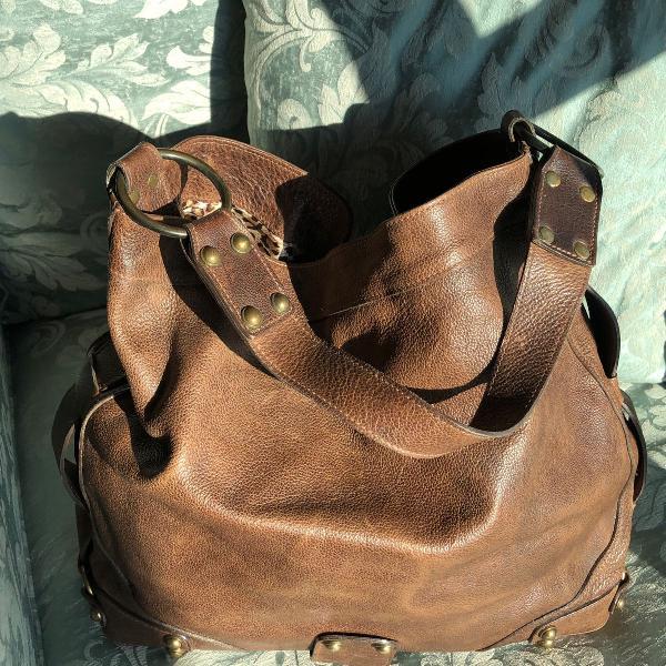 Bolsa marrom em couro e interno de onça capodarte