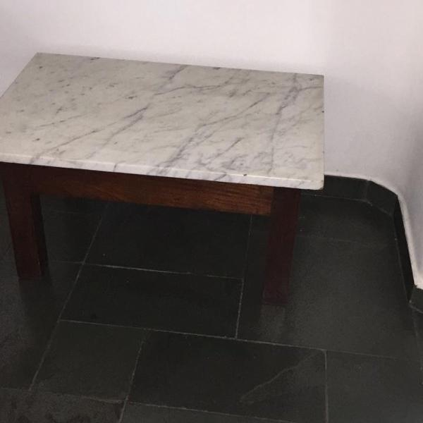 Mesa baixa com tampo de mármore
