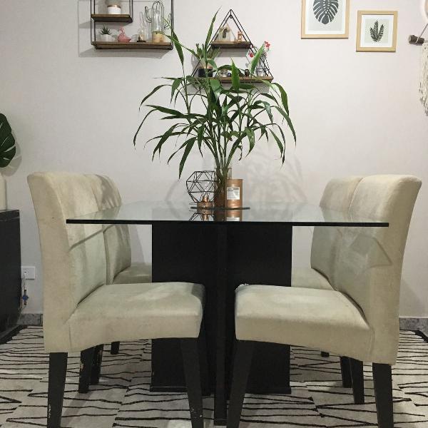 Mesa de jantar com quatro cadeiras
