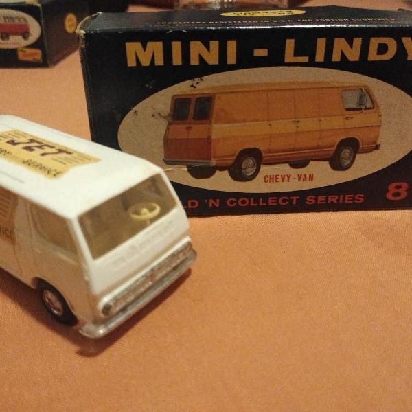 Miniatura lindberg chevy van escala 1/64 completa em bom