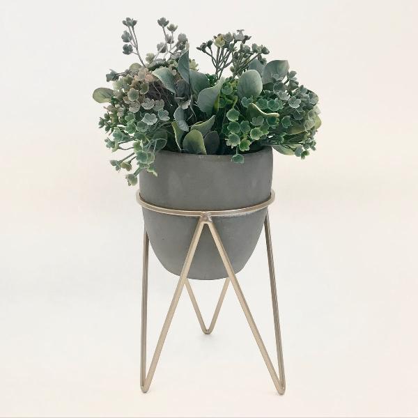 Vaso de concreto pé dourado