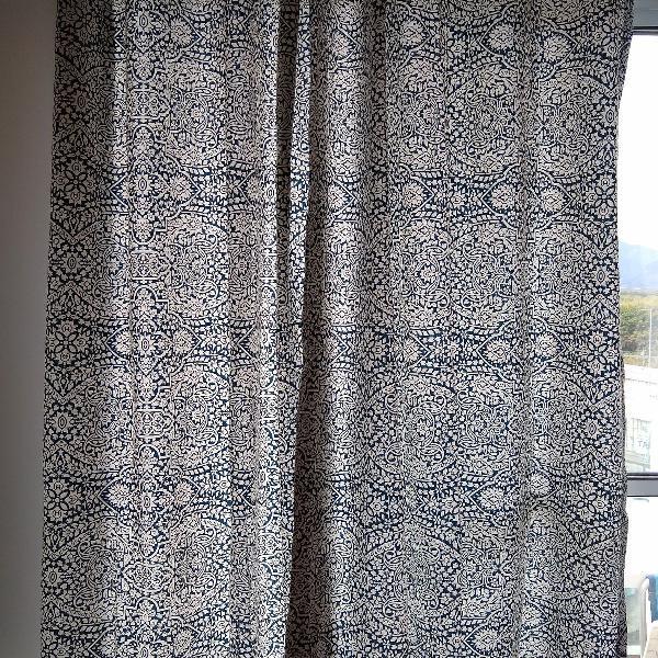 Duas cortinas estampadas azul marinho e branco
