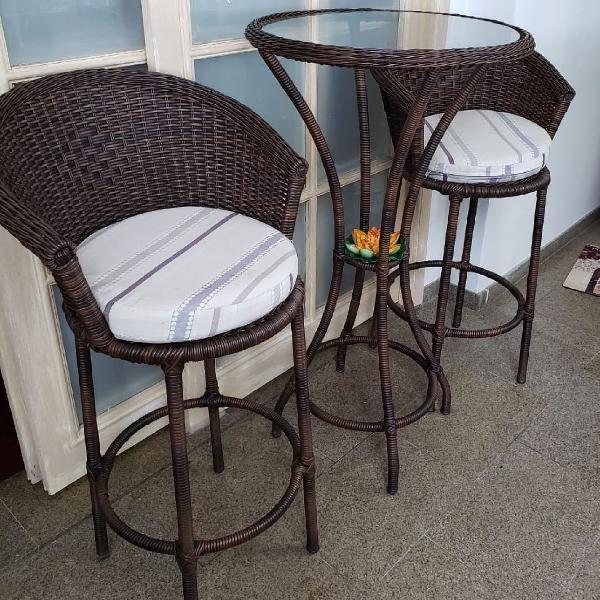 Conjunto de mesa e duas cadeiras altas