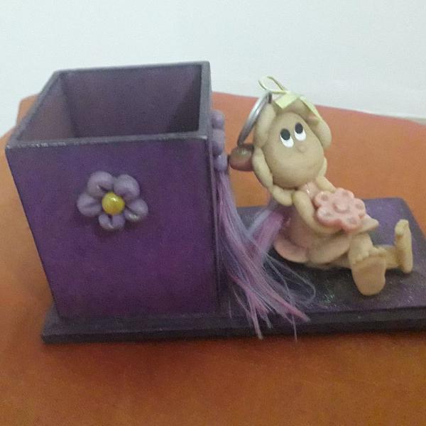 Porta canetas bonequinha flor