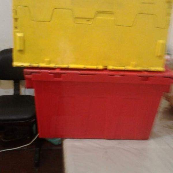 Caixa organizadora com tampa colorida usada