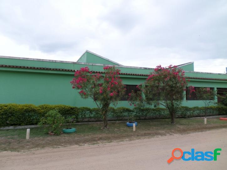 Casa com 3 quartos sendo 1 suíte no centro de praia seca, entre o mar e a lagoa.