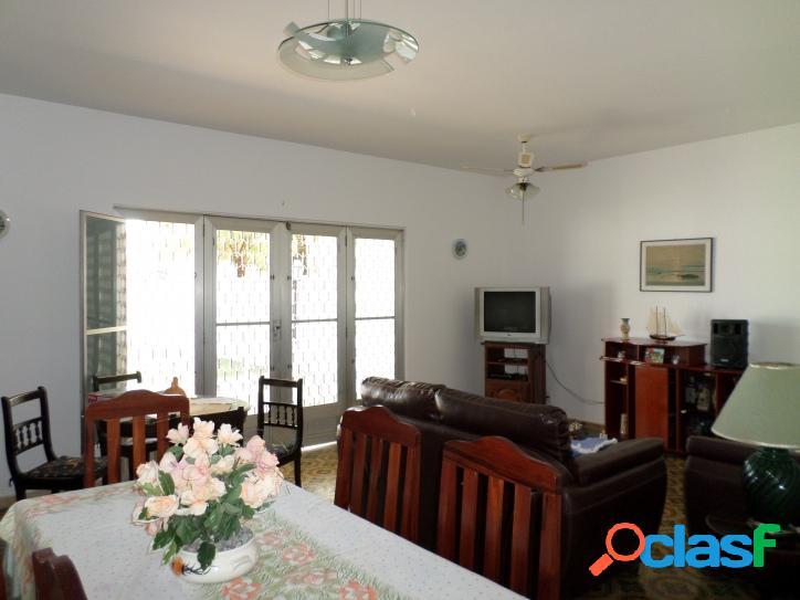 Casa no centro de Praia Seca de 3 andares com 4 quartos, churrasqueira e 3 terrenos, 3