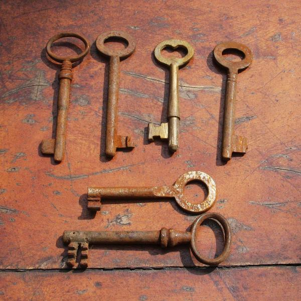 6 chaves antigas em ferro fundido - séc. xix