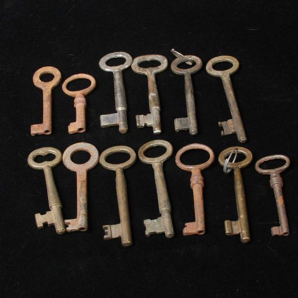 Lote com 12 chaves antigas em ferro fundido