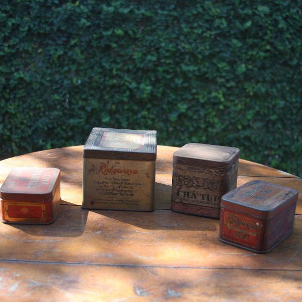 Quatro latas litografadas de chá da década de 1950