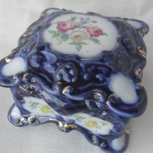 Antigo e lindo porta joias em porcelana azul borrão, com 10
