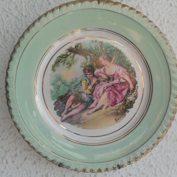 Antigo prato de porcelana com cena galante, já com suporte