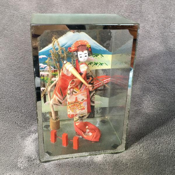 Boneca geisha em caixa de vidro