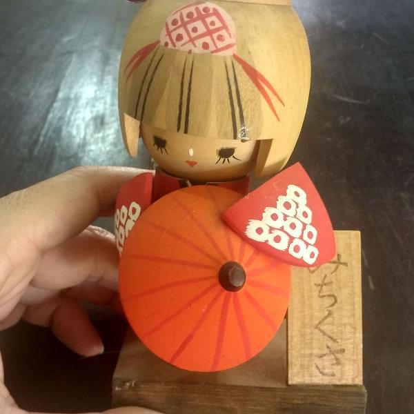 Boneca japonesa em madeira